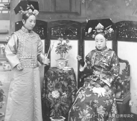清朝大臣經常在外奔波 回家后問小妾:你是誰家親戚