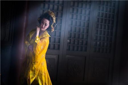 皇帝沒有帶皇后出去游玩,皇后抱怨了一句,卻被皇帝下令賜死