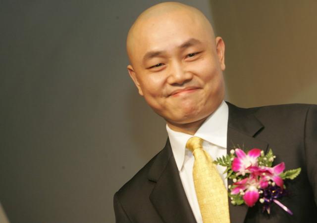 從撿破爛到中國首富,連王健林都對他俯首帖耳,卻被判入獄14年